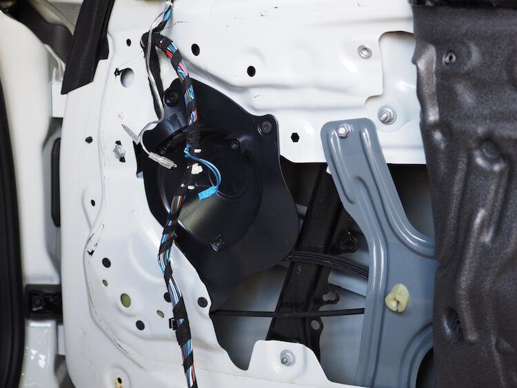 BMW Z4の純正スピーカー取り外し