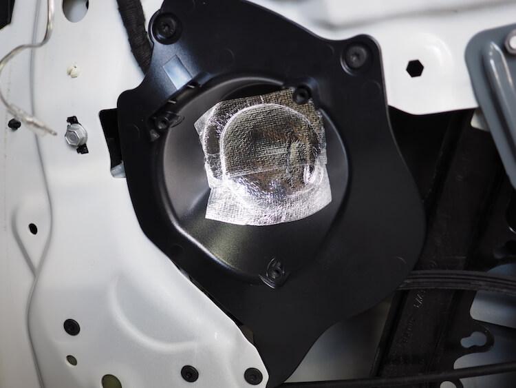 BMW Z4のスピーカー背面カバーをカット