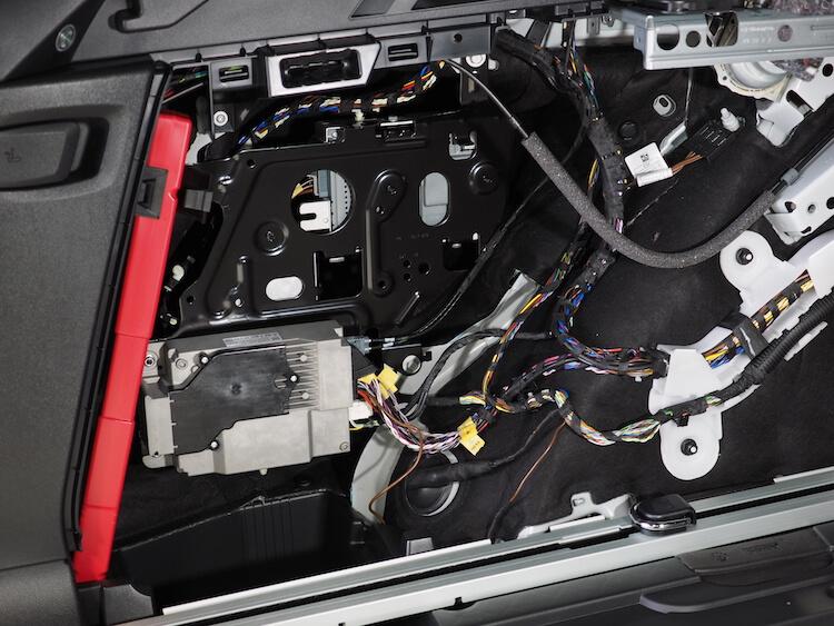 BMWアルピナXD3のトランク左サイドをばらす