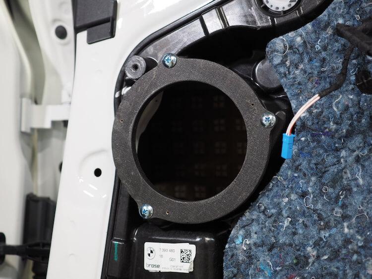 BMWアルピナXD3のリアドアにインナーバッフルを取り付け