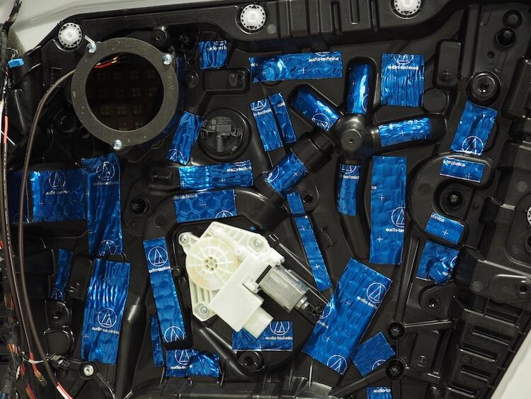 BMWアルピナXD3のドアインナーパネルをデッドニング