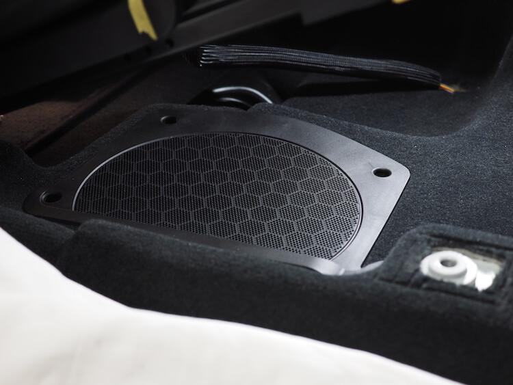 BMWアルピナXD3のシート下ウーファー