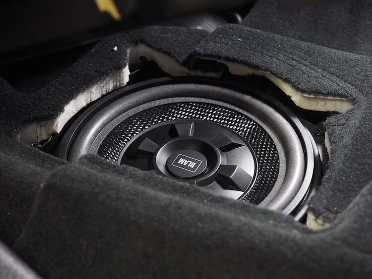 BMWアルピナXD3のシート下ウーファーをブラムのウーファーへ交換