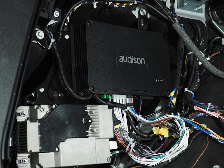 BMWアルピナXD3のトランクにアンプ内蔵プロセッサーを取り付け