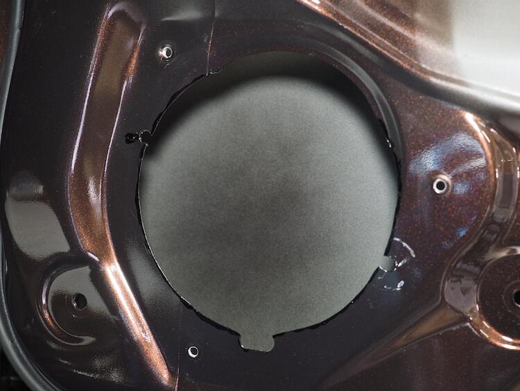 日産NV350のドアスピーカー取り付け部をカット