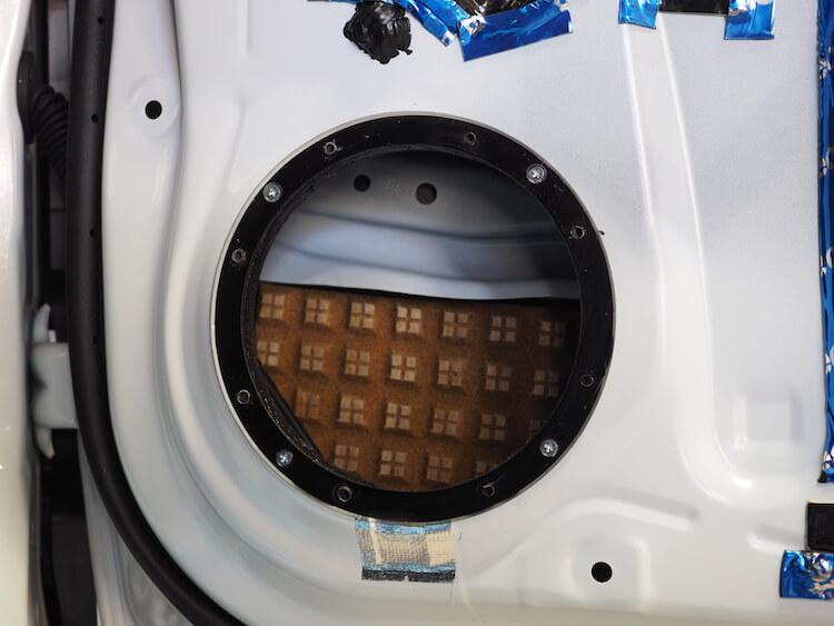 ダイハツタフトのドアに特製インナーバッフルを取り付け