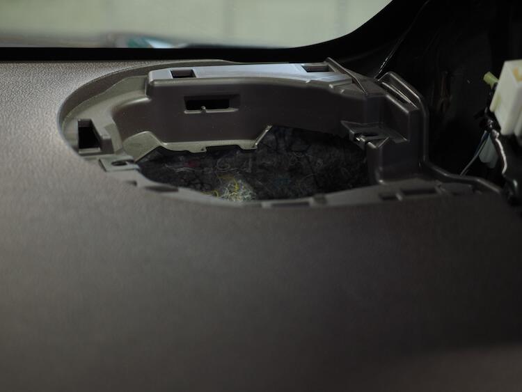 トヨタポルテの純正スピーカーを取り外し