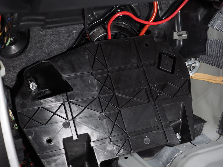 メルセデスベンツC200の助手席足元に取り付けられているサブウーファー
