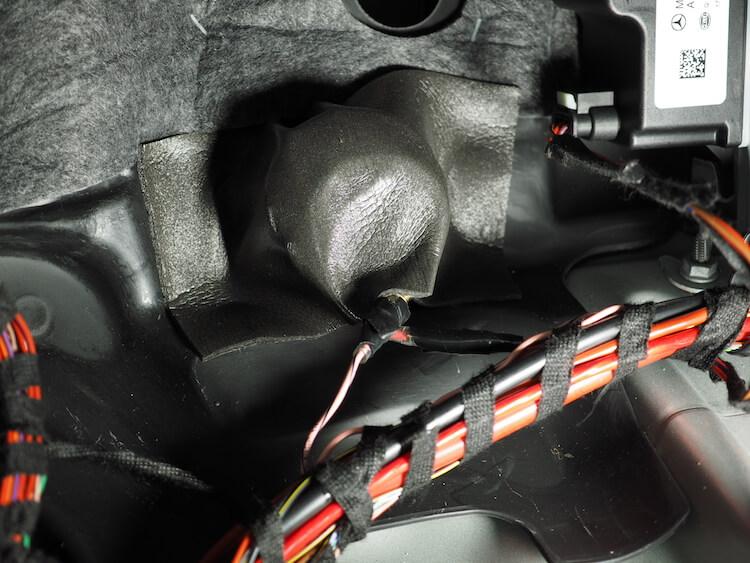 メルセデスベンツC200の助手席足元に取り付けられているサブウーファーへローパスフィルターを取り付け