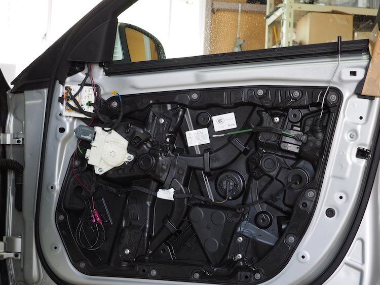 メルセデスベンツC200のドア内張を取り外し