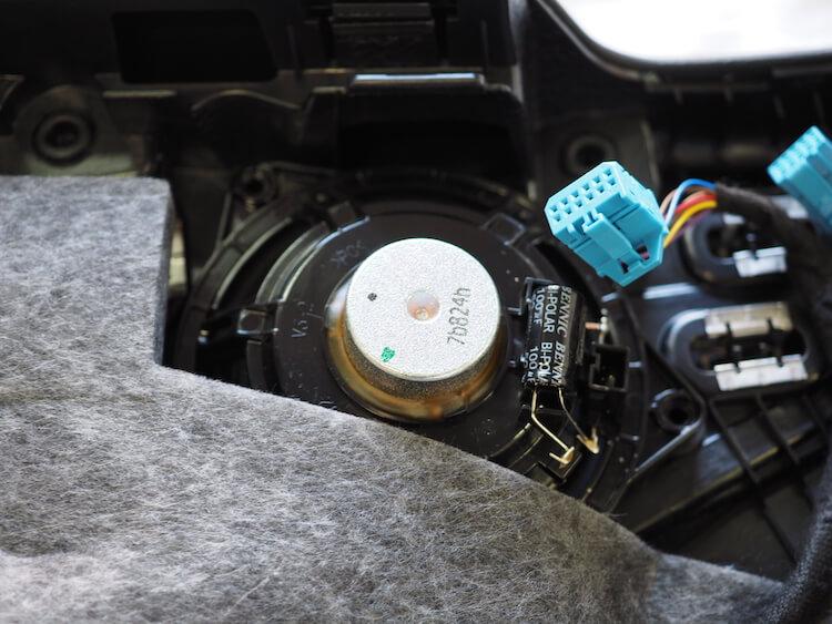 メルセデスベンツC200のドア内張裏側に取り付けられている純正スピーカー