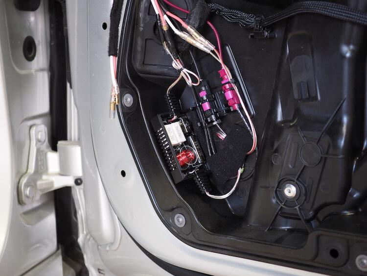 メルセデスベンツのドア内部にツィーター用のハイパスフィルターを取り付け