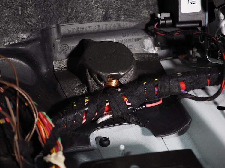 メルセデスベンツC200の助手席足元にあるサブウーファーにローパスフィルター取り付け
