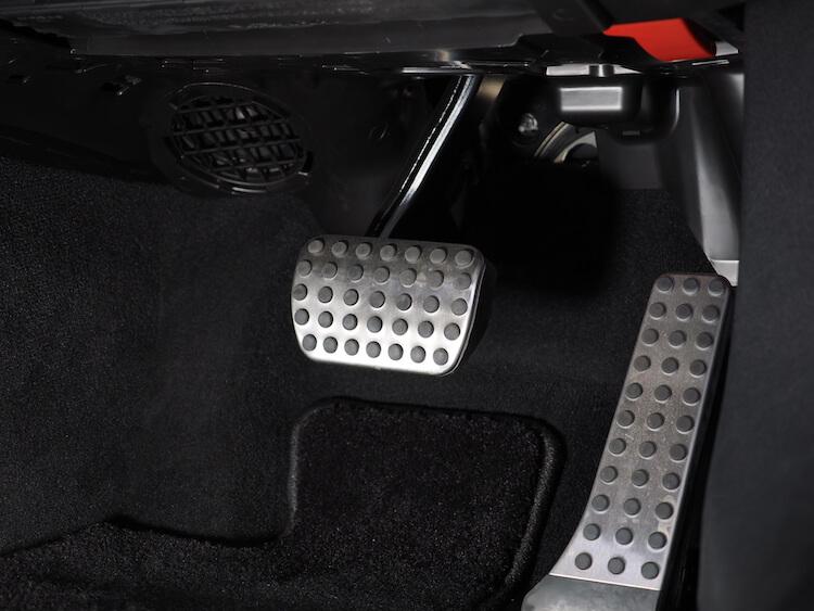 メルセデスベンツC200の運転席足元にあるサブウーファーにローパスフィルター取り付け