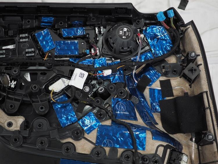 メルセデスベンツC200のドア内張にブラムのスピーカーを取り付け