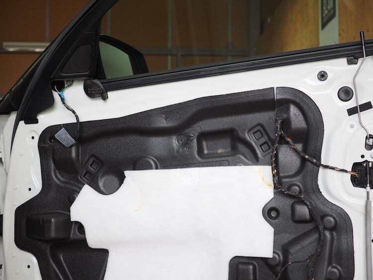 BMW523iのドア内張を取り外し