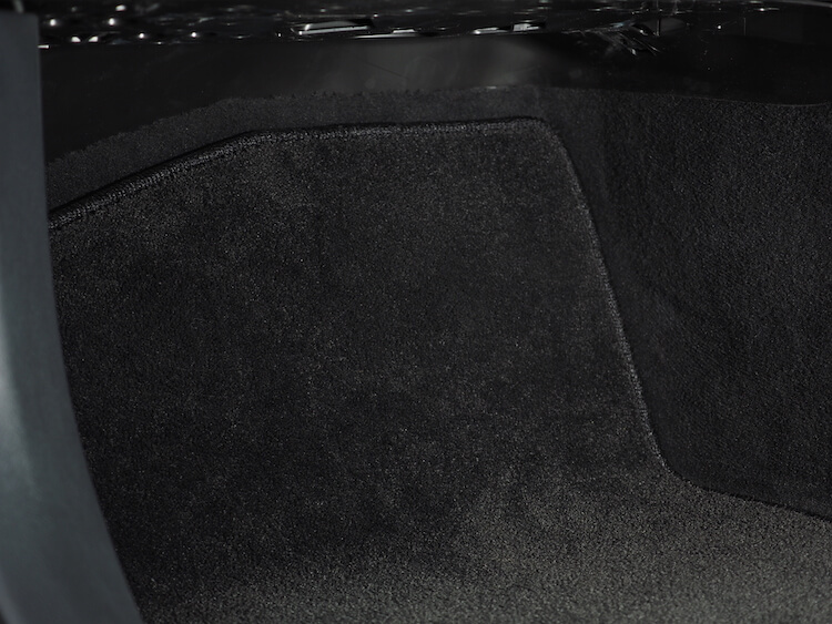 メルセデスベンツC220dの助手席足元にあるサブウーファーにローパスフィルターを取り付け