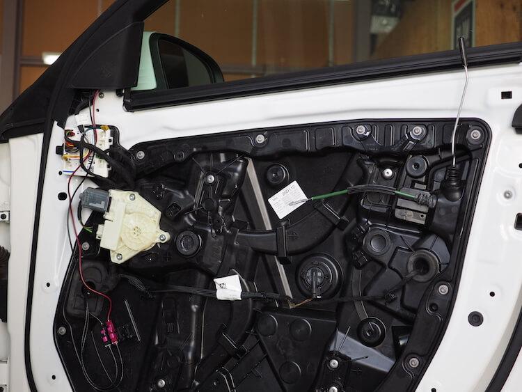 メルセデスベンツC220dの純正ドア内張を取り外し