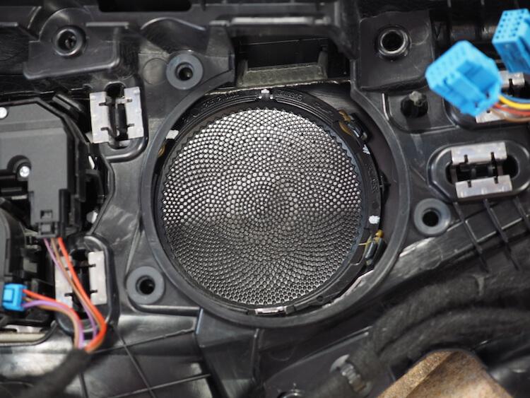 メルセデスベンツC220dの純正スピーカーを取り外し