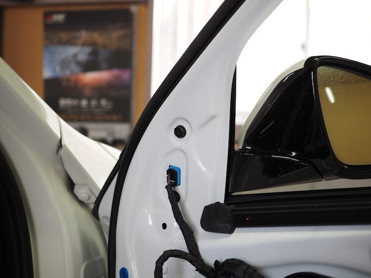 BMW F40のサイドミラーパネルを取り外し