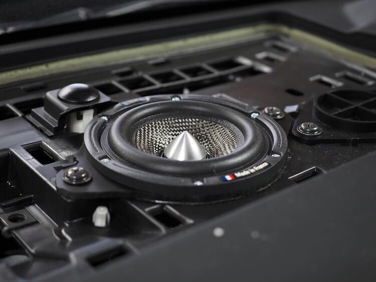 CX8のセンタースピーカーにブラムを取り付け
