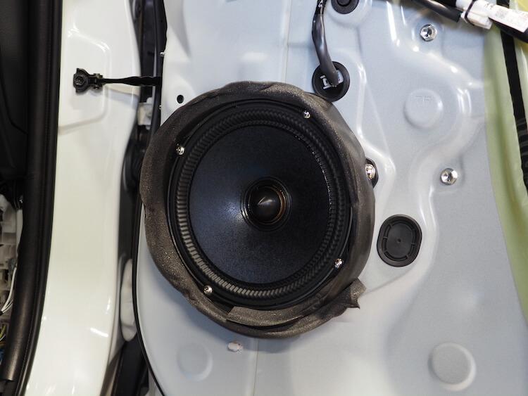トヨタハリアーのフロントドアに取り付けられているアルパインのスピーカー
