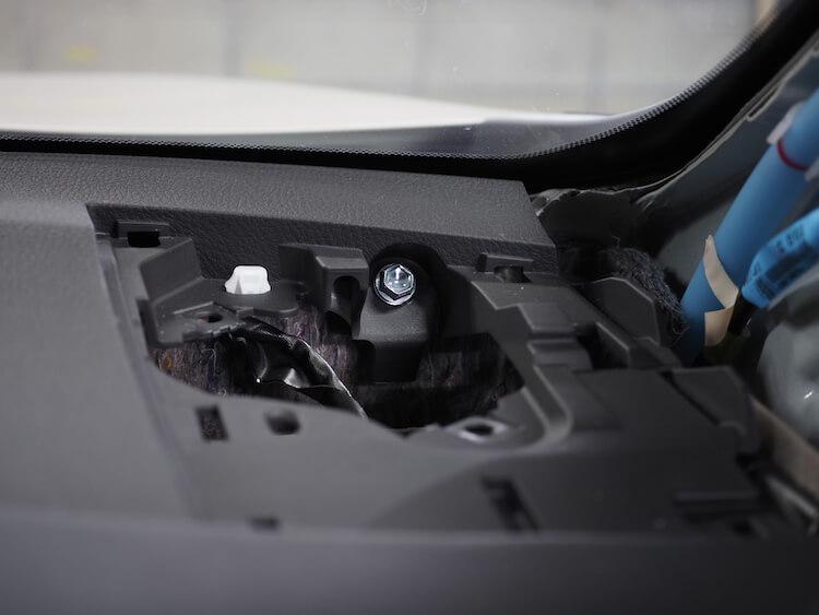 トヨタハリアーのダッシュボード上に取り付けられているアルパインのツィーターを取り外し