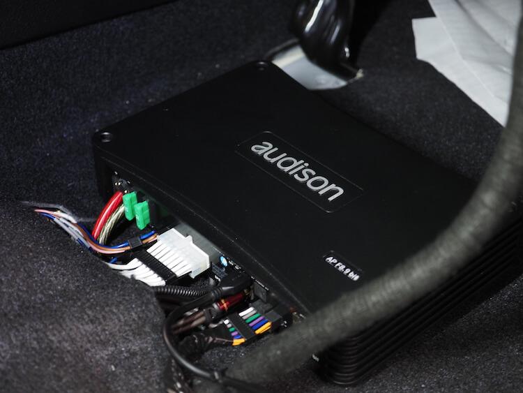 トヨタハリアーのシート下にオーディソンのプロセッサーを取り付け