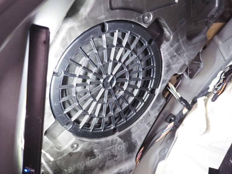 メルセデス・ベンツGLEのトランクサイドに取り付けらているサブウーファーから信号を取り出し