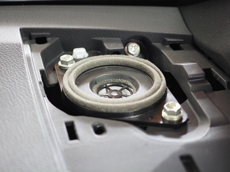 トヨタハリアーのダッシュボードに取り付けられている純正スピーカー