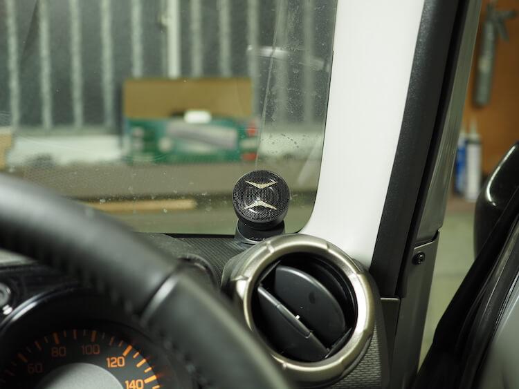 ジムニーシエラのダッシュボード上に取り付けられているカロッツェリアのツィーター