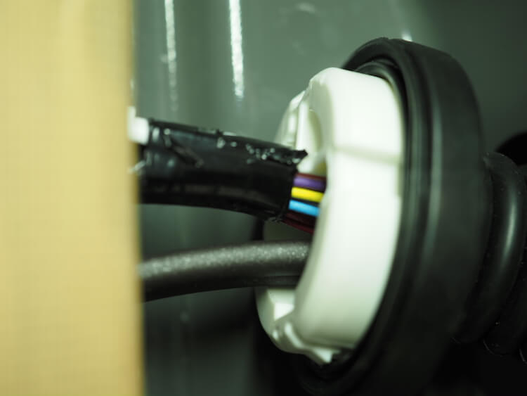 ジムニーシエラのドア内部にスピーカーケーブルを通線