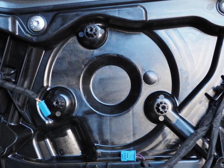 BMWF40の純正ドアスピーカーを取り外し