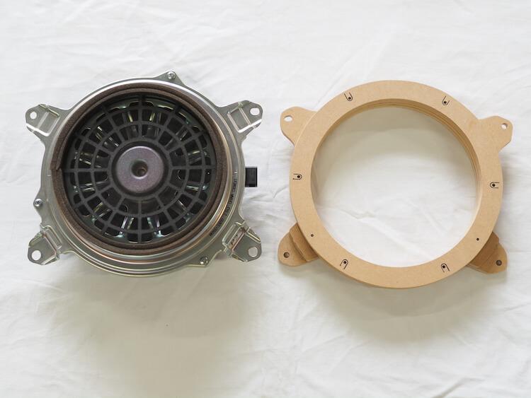 レクサスIS300hのリアトレーにサブウーファーを取り付けるためのインナーバッフル