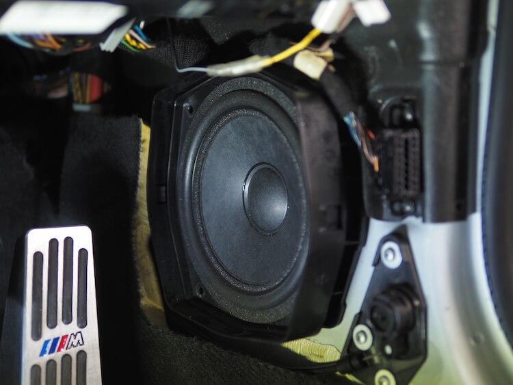 BMWZ4のキックパネルに取り付けられている純正スピーカー