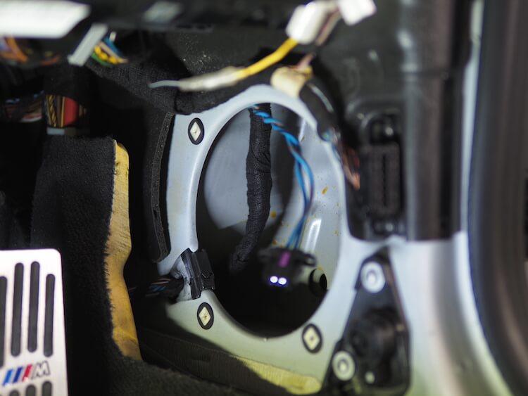 BMWZ4のキックパネルに取り付けられている純正スピーカーを取り外し