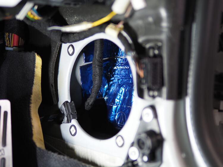 BMWZ4のキックパネルに取り付けられている純正スピーカーの裏側をデッドニング
