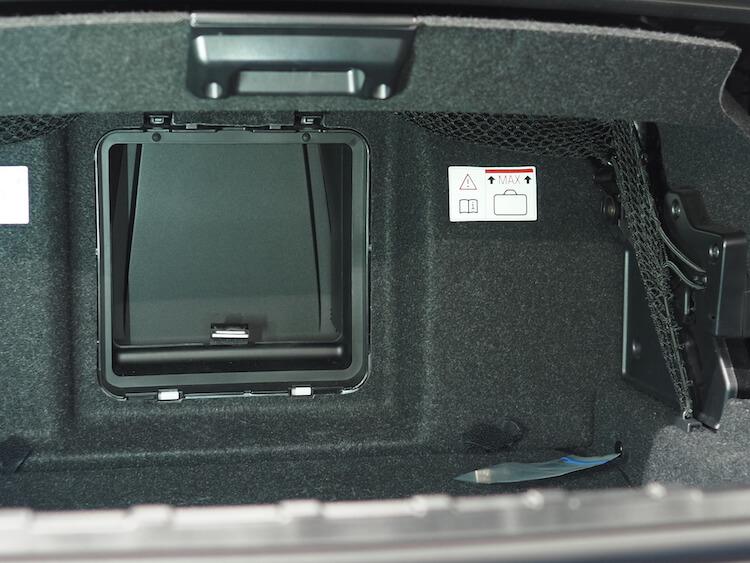 BMWZ4のトランクにアンプ内蔵DSPの取り付け