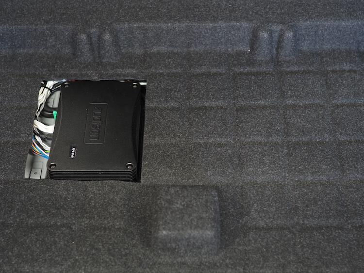 BMWX1のトランク下部にアンプ内蔵DSPの取り付け