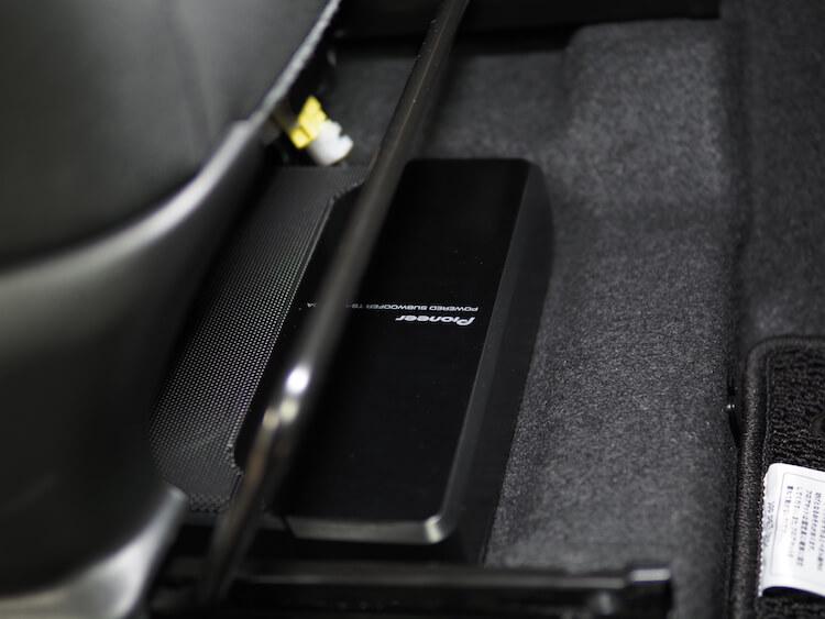 ジムニーシエラの運転席下にカロッツェリアのパワードサブウーファーを取り付け