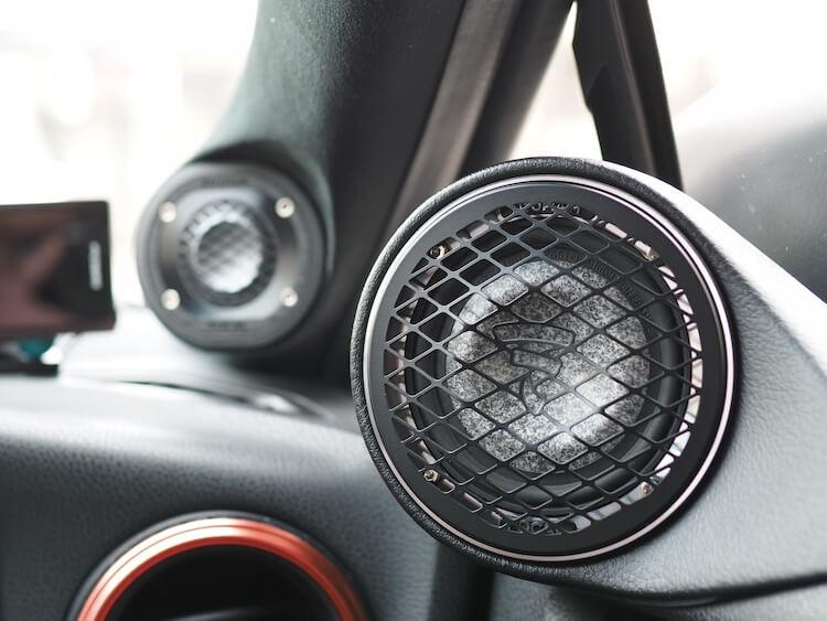 トヨタ86のドア上部にフォーカルのミッドレンジスピーカーを取り付け