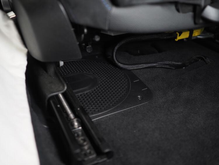 BMW420iのシート下ウーファー交換
