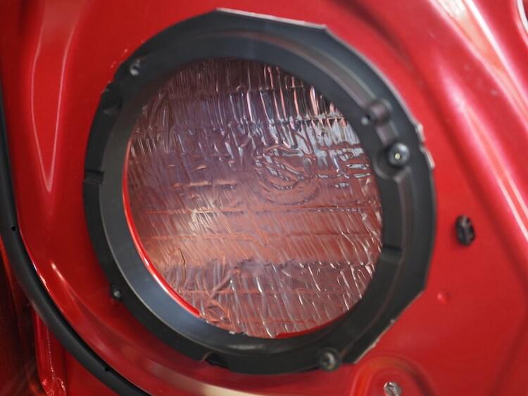 スズキスイフトのリアドア内部を静音作業