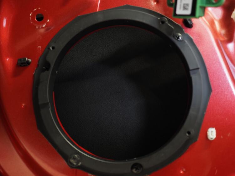 スズキスイフトのドア内部に遮音材を貼り付け
