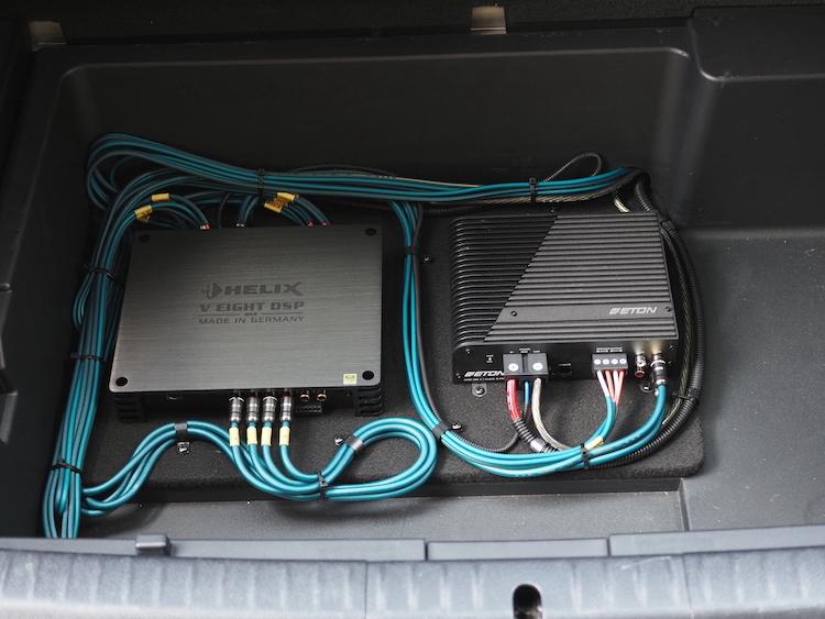 レクサス CT200hのトランク下部にプロセッサーとアンプを取り付け