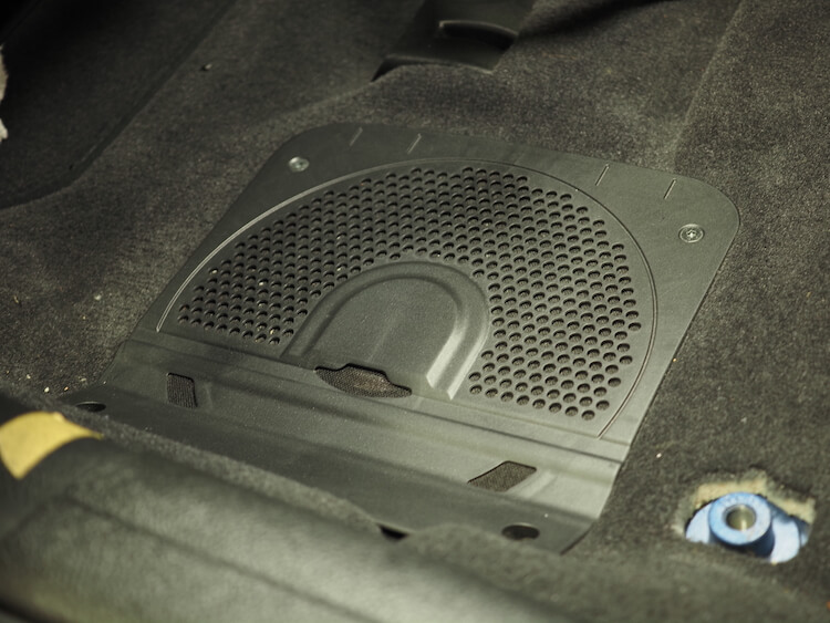 BMW320iのシート下ウーファー