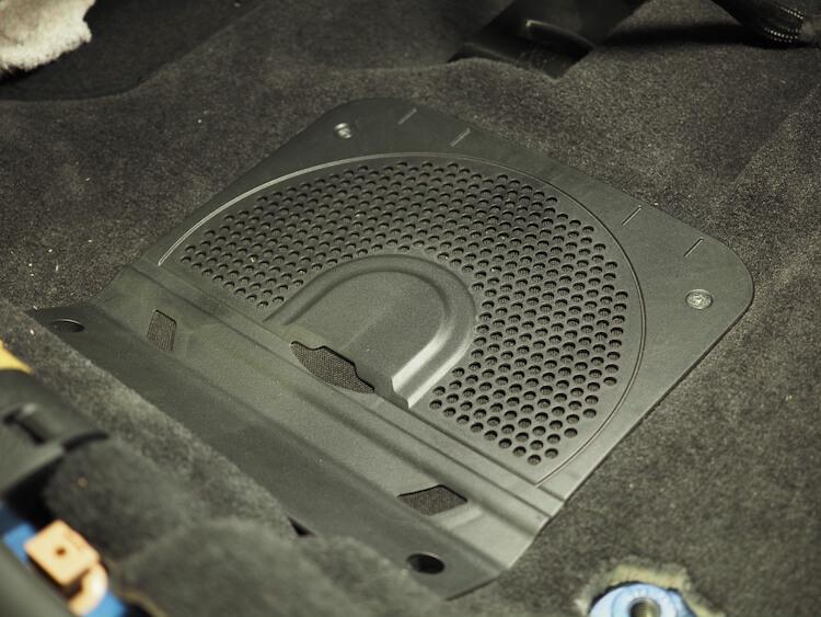 フォーカルのスピーカーをBMWのシート下に取り付け