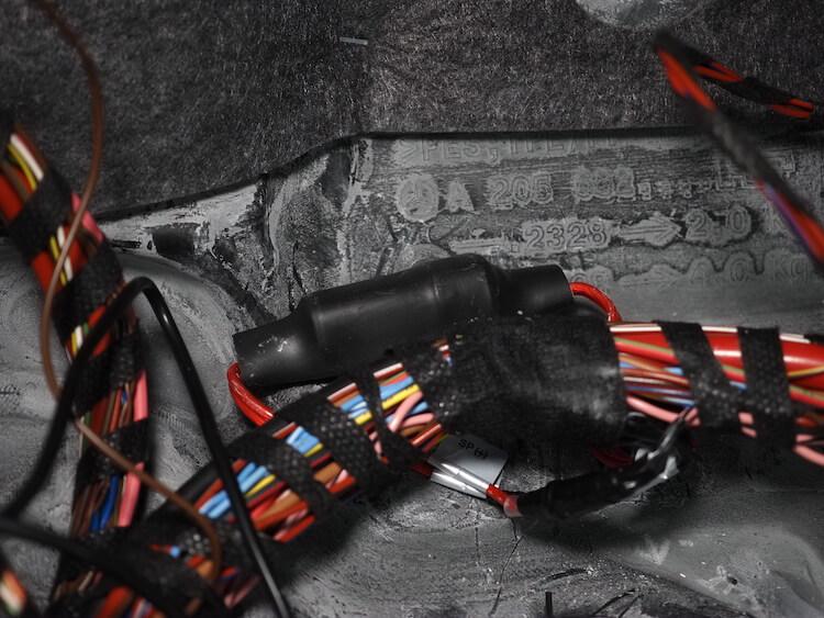 メルセデスCクラスの助手席足元にあるサブウーファーにローパスフィルターを取り付け