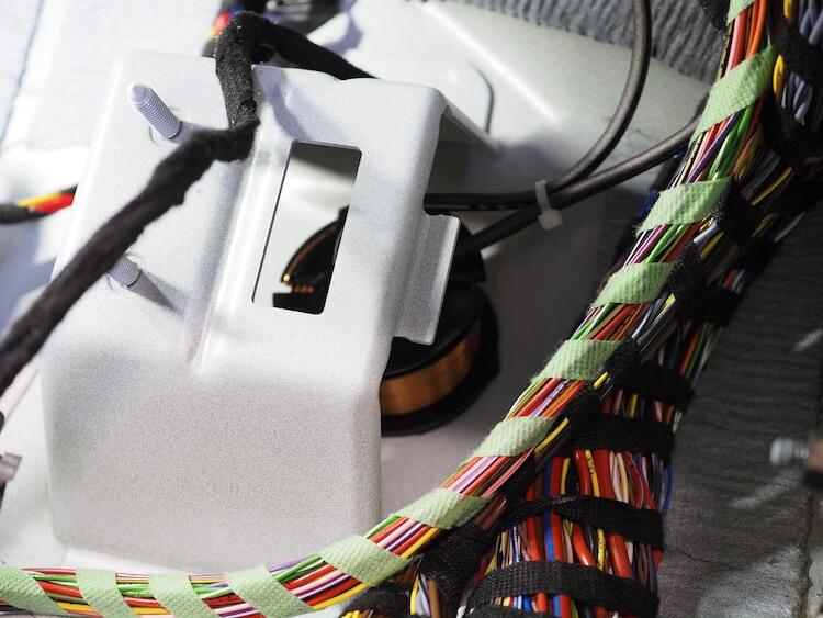 メルセデスC200の純正サブウーファーにローパスフィルターを取り付け