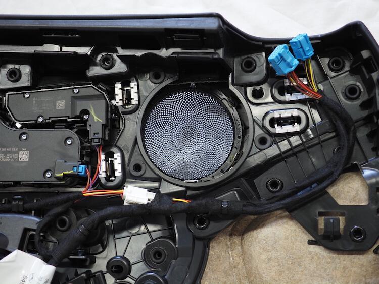 メルセデスC200の純正ミッドレンジスピーカーを取り外し